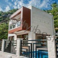 Недвижимость в Черногории. Современная новая вилла, в 10 метрах от пляжа